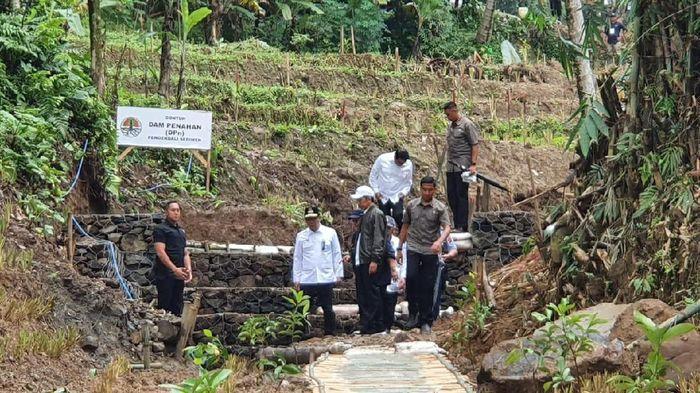 Presiden Joko Widodo (Jokowi) kembali mengunjungi Kecamatan Sukajaya, Kabupaten Bogor. Sukajaya merupakan wilayah terdampak banjir dan longsor pada awal Januari 2020 lalu.