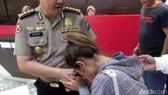 Diperiksa soal Kasus MeMiles, Siti Badriah Cium Tangan Polisi