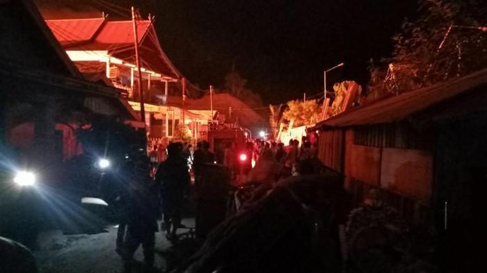 Si jago merah mengamuk di kawasan jalan Bubara dan Lumba-lumba Kelurahan Sidoarjo, Kecamatan Baolan, Kabupaten Tolitoli, Sulawesi Tengah. Sekira 300 rumah warga hangus terbakar.