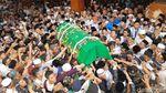 Ribuan Santri Antar Gus Sholah ke Peristirahatan Terakhir