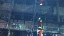 Pecahkan Kaca, Damkar Padamkan Api di Ruko Tekstil Tanah Abang