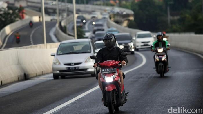 Hingga kini pengendara sepeda motor masih nekat melintas JLNT Casablanca. Polisi pun akan memasang kamera e-TLE di JLNT tersebut.