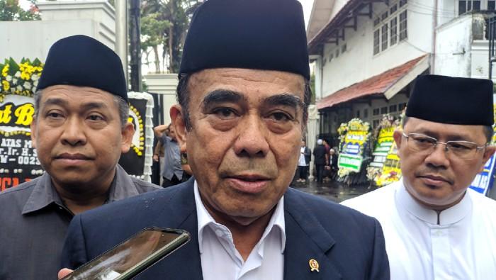Menteri Agama Fachrul Razi pagi ini melayat ke rumah mendiang KH Salahuddin Wahid atau Gus Sholah. Menag mengenang Gus Sholah sebagai tokoh agama yang luar biasa.