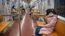 Salut! Kondektur China Kasih Masker Kepada Penumpang yang Menangis
