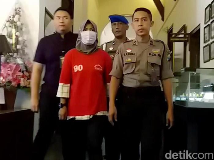 Polisi akhirnya menampilkan Zikria netizen penghina Wali Kota Surabaya Tri Rismaharini.