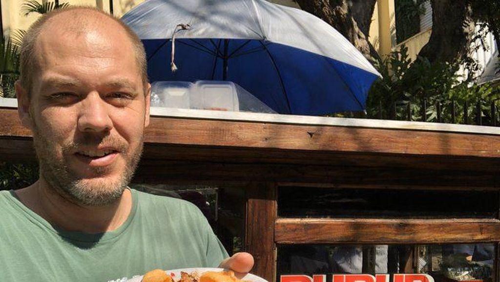 Kepincut Makanan Indonesia, 5 Bule Ini Lahap Bubur Ayam hingga Pete