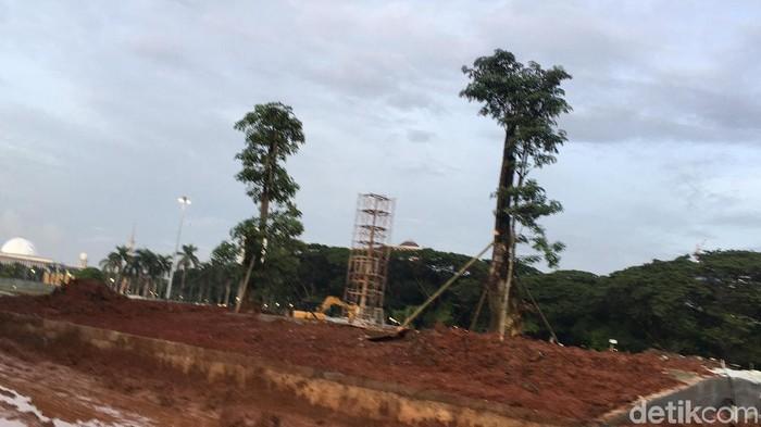 Pohon-pohon ditanami di lokasi revitalisasi Monas.