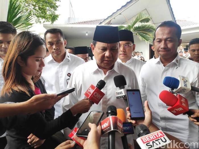 Prabowo Subianto melayat Gus Sholah. (Matius Alfons/detikcom)