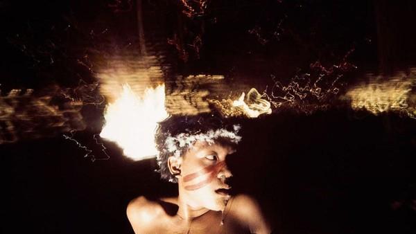 Suku Yanomami unik, karena mereka punya tradisi nge-fly. Mereka memasuki kondisi high karena memakai bubuk Yakoana yang diekstrak dari pohon virola. (Claudia Andujar/BBC)