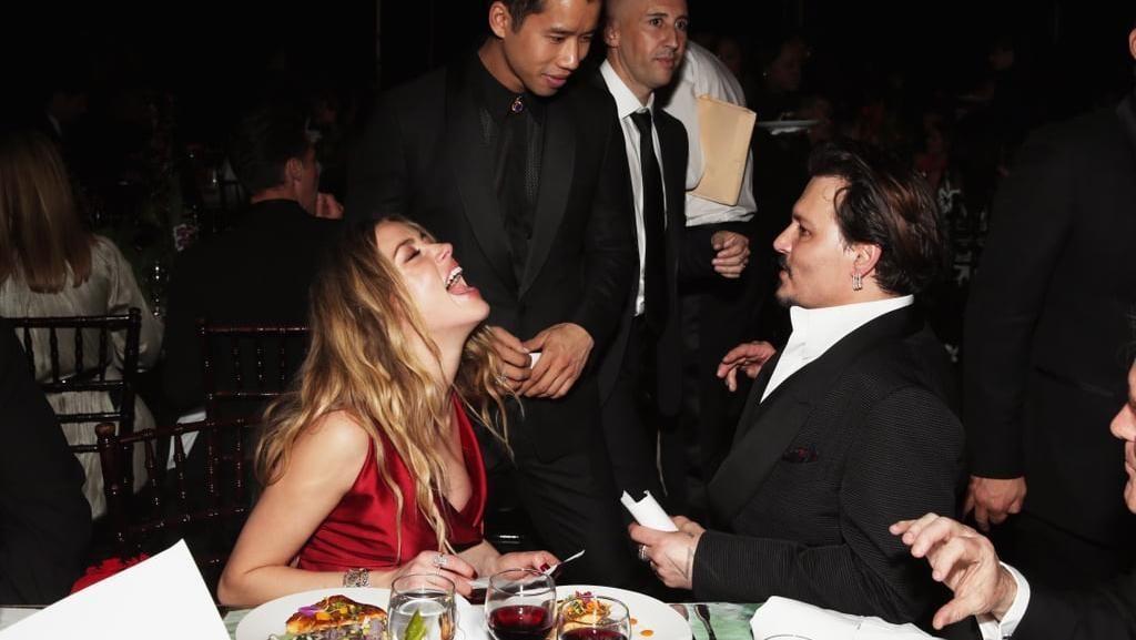 Lihat Lagi Gaya Keren Johnny Depp Saat Ngopi dan Ngemil Cokelat
