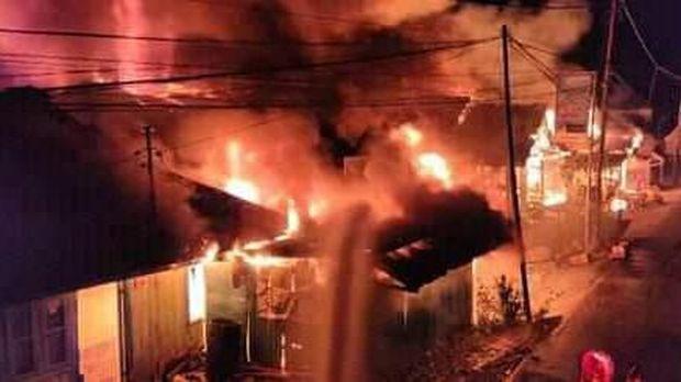 Sekira 300 rumah warga berbahan kayu hangus terbakar.