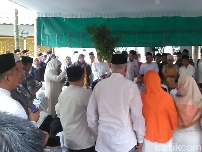 gubernur khofifah sambutan di pemakaman Gus Sholah