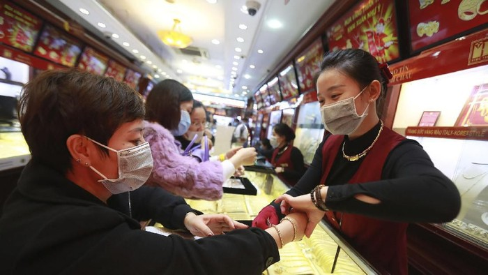 Wabah virus Corona dari China memang cukup membuat warga di seluruh penjuru dunia harus bersiap siaga. Pasalnya, hingga kini ratusan korban jiwa telah menjadi korbannya.