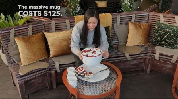 Sanggup Habiskan? Minuman Red Velvet Jumbo Ini Beratnya 6,8 Kg!