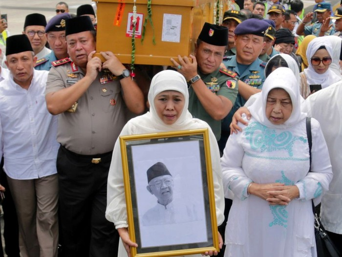 Jenazah Pengasuh Ponpes Tebuireng, Jombang KH Salahuddin Wahid atau Gus Sholah, tiba di Bandara Juanda Surabaya.