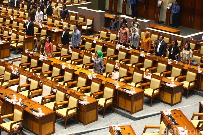 DPR RI menggelar rapat paripurna penetapan 5 hakim agung. Sebanyak 286 anggota DPR tidak menghadiri rapat paripurna tersebut.