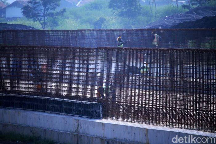 Para pekerja beraktivitas di area pembangunan Stasiun Tegalluar, Desa Tegalluar, Kabupaten Bandung, Senin (2/2).