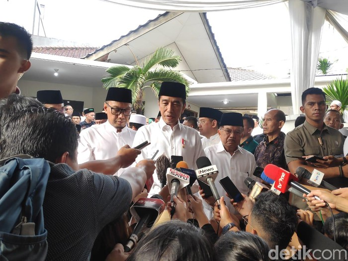 Jokowi melayat Gus Sholah ke rumah duka