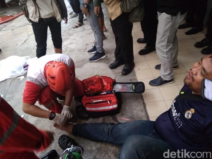 Pemuda kena pecahan kaca saat bantu padamkan kebakaran/Kadek Melia Luxiana-detikcom