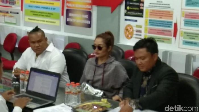 Penyanyi Siti (Sidab) Badriah mendatangi Polda Jawa Timur untuk diperiksa terkait kasus investasi bodong MeMiles. Sibad datang mengenakan hoodie, dengan rambut kuncir kuda dan kaca mata hitam.