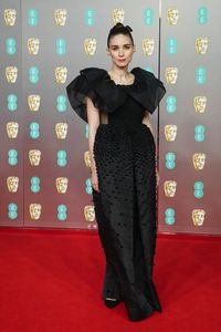 Rooney Mara memakai gaun hitam dari koleksi couture terbaru Givenchy di BAFTAs 2020.