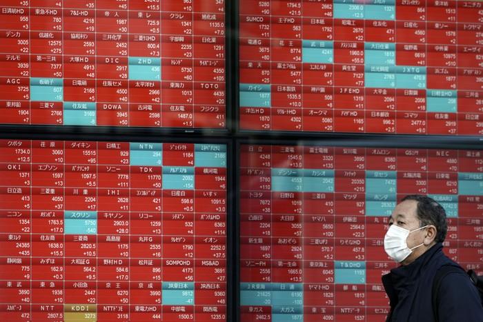 Imbas Virus Corona yang merebak dan menelan ratusan korban jiwa kini mulai menggoyang ekonomi China dan beberapa negara di Asia seperti Jepang. Pasar saham China pun ambruk sejak pembukaan perdagangan.