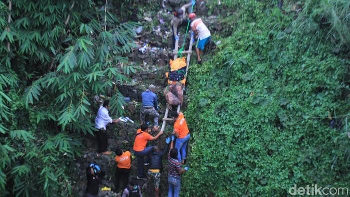 Evakuasi Mayat Penagih Utang di Bandung
