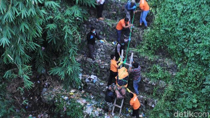 Jasad Edward Silaban dievakuasi tim Inafis Polresta Bandung di dasar jurang, Kecamatan Cililin, Kabupaten Bandung Barat, Jawa Barat, Senin (3/2/2020). Pria penagih utang tersebut dibunuh dan dibuang mayatnya oleh pegawai kedai ramen.