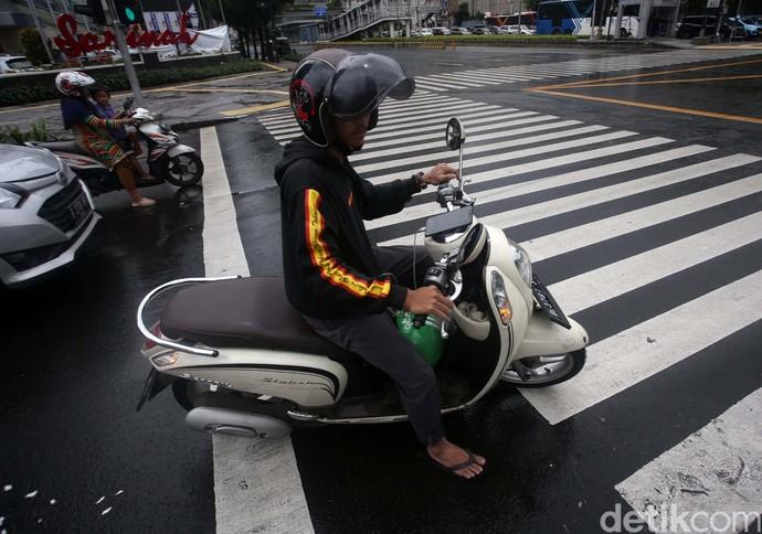 Sistem tilang elektronik untuk kendaraaan roda dua sudah diberlakukan. Meski demikian, masih banyak para pengendara yang melanggar lalu lintas.