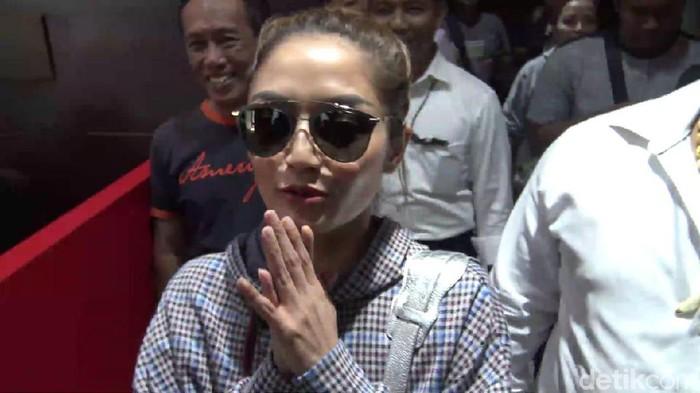 Penyanyi Siti Badriah (Sibad) mendatangi Polda Jawa Timur untuk diperiksa terkait kasus investasi bodong MeMiles.