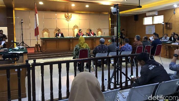 Mantan Gubernur, Wagub Jabar Ahmad Heryawan (Aher)-Deddy Mizwar (Demiz) dan Bupati Bekasi nonaktif Neneng Hassanah Yasin bersaksi di sidang kasus suap Meikarta yang berlangsung di Pengadilan Tipikor Bandung, Jalan LLRE Martadinata, Kota Bandung, Senin (3/2/2020). Mereka bersaksi untuk terdakwa Sekda Jabar nonaktif Iwa Karniwa.