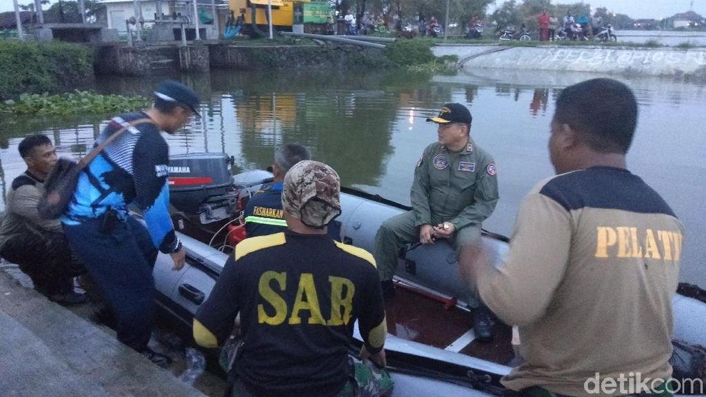 Pesawat Latih TNI AL Mendarat Darurat di Kawasan Tambak Sidoarjo