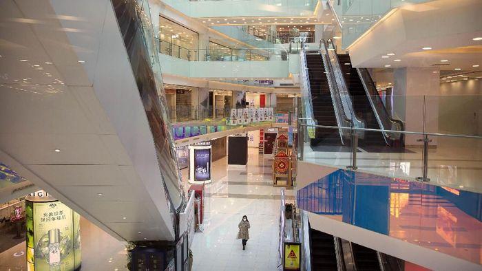 Mewabahnya virus corona membuat pusat perbelanjaan di Beijing, China, sepi pengunjung. Begini potretnya.
