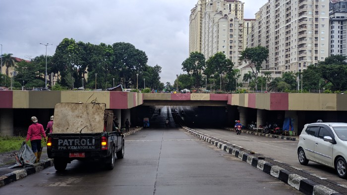 Banjir di underpass Kemayoran, Jakarta Pusat, kini telah surut. Kendaraan sudah bisa melalui underpass ini.