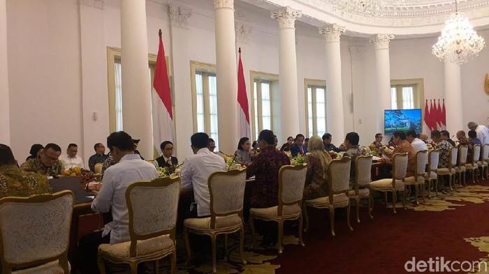 Ratas Presiden Jokowi dan para menteri membahas penanganan virus corona di Indonesia