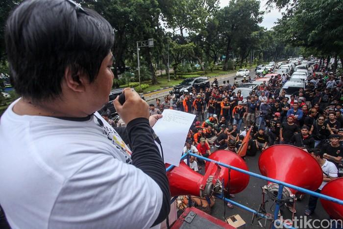 Sejumlah massa dari driver taksi online berunjuk rasa di depan Kementerian Perhubungan, Jakarta, Selasa (4/1/2020). Dalam aksinya mereka menuntut kenaikan tarif hingga alokasi order yang merata.