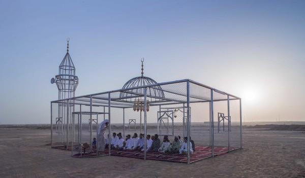 Proyek seninya yang paling terkenal dan menarik perhatian adalah Paradise Has Many Gate. Proyek ini berupa masjid transparan yang didesain sederhana namun indah. (dok Ajlan Gharem)