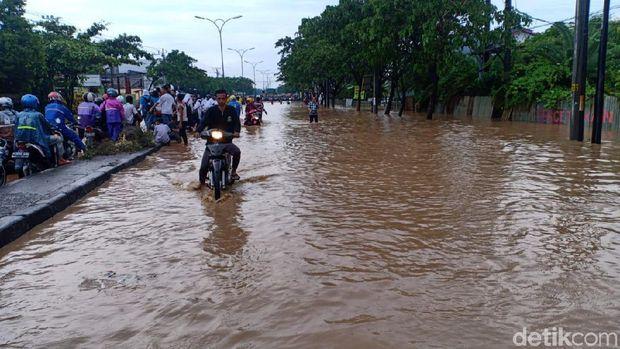 Hujan Guyur Semarang, Jalur Pantura Mangkang Tergenang