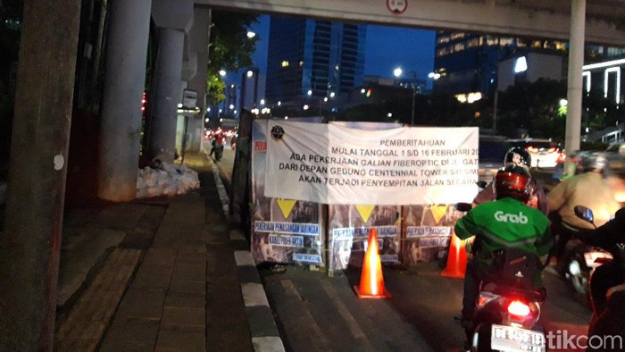 Galian fiber optik di Jalan Gatot Subroto (Rahel Narda Chaterine/detikcom)