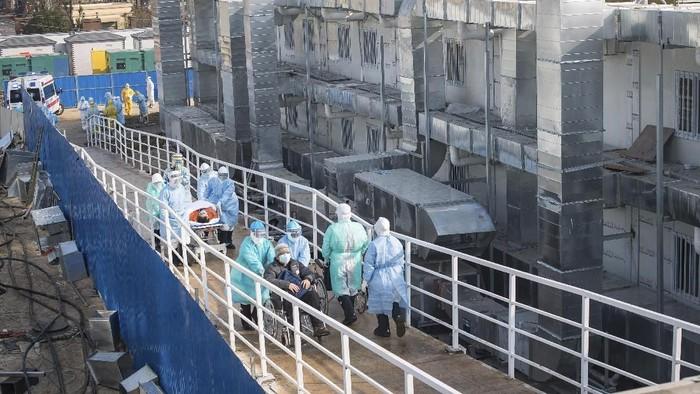 Rumah sakit khusus untuk pasien virus corona telah selesai dibangun di Wuhan, China. Petugas medis pun mulai memindahkan para pasien ke rumah sakit khusus itu