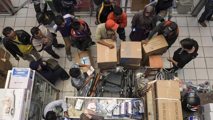Pedagang merapikan masker di Pasar Pramuka, Jakarta, Selasa (4/2/2020). Menurut keterangan pedagang, harga masker di pasar Pramuka mengalami kenaikan yang semula dihargai Rp195.000 hingga ribu Rp250.000 per box naik menjadi Rp1.700.000 tergantung merek, karena mewabahnya virus corona di sejumlah negara. ANTARA FOTO/Galih Pradipta/hp.