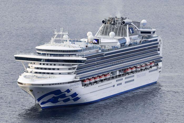 Kapal yang memiliki interior megah nan mewah ini mampu mengangkut penumpang hingga 2.706 orang dan 1.100 kru kapal. Kyodo News via AP.