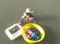 Nenek 85 Tahun Ini Kumpulkan Seafood untuk Biayai Putrinya yang Sakit