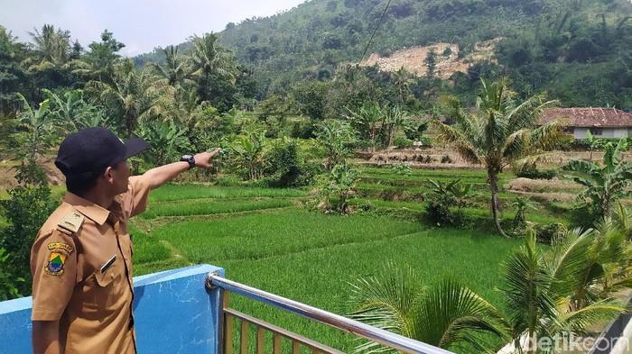 Tebing Gunung Pasir Pogor di Desa Cimenteng, Kecamatan Campaka, Kabupaten Cianjur dieksploitasi sehingga mengancam pemukiman warga di bawahnya