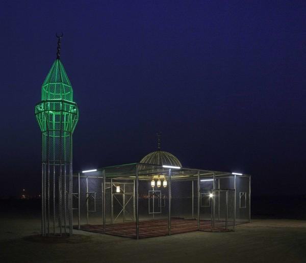 Paradise Has Many Gate pertama kali dibangun di gurun Arab Saudi pada tahun 2015. Karya seninya dia videokan dan difoto, hingga banyak menimbulkan respon. (dok Ajlan Gharem)