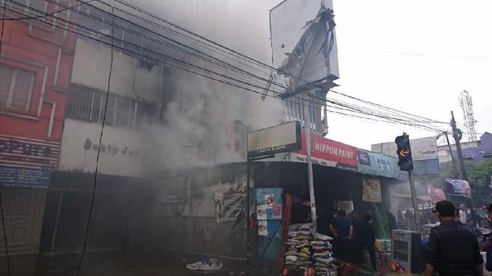 Ruko terbakar di Jalan Sekip, Medan. Ada empat mobil pemadam kebakaran yang sudah berada di lokasi untuk memadamkan api.