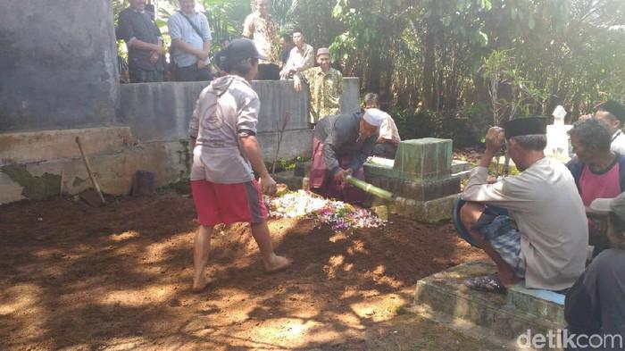 Pemakaman bocah SD yang ditemukan tewas di kebun durian banjarnegara, Selasa (4/2/2020)