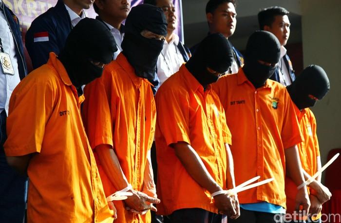Polda Metro Jaya menangkap lima orang yang mencuri uang hingga sebesar Rp 4,2 miliar. 3 dari 5 pelaku bekerja sebagai pembantu, sopir hingga pengurus peliharaan di rumah korban. hal itu disampaikan oleh Kabid Humas Polda Metro Jaya Kombes Yusri Yunus di Mapolda Metro Jaya, Selasa (4/2/2020).