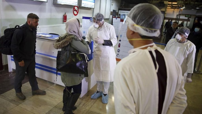 Afghanistan perketat pengawasan di bandara terkait wabah virus corona. Para penumpang yang tiba di bandara mendapat pemeriksaan kesehatan dari petugas bandara.