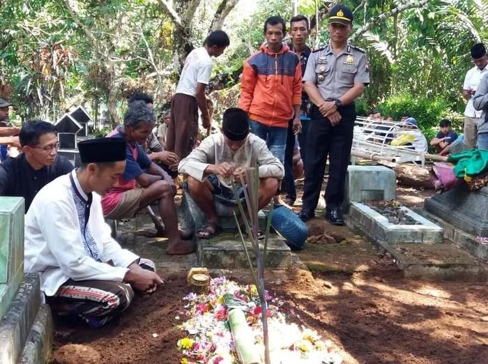 Siswa SD, MR (13), yang ditemukan tewas di kebun durian di Banjarnegara diduga menjadi korban pembunuhan. Sebab, ditemukan luka sayat dan bekas cekikan pada leher korban.